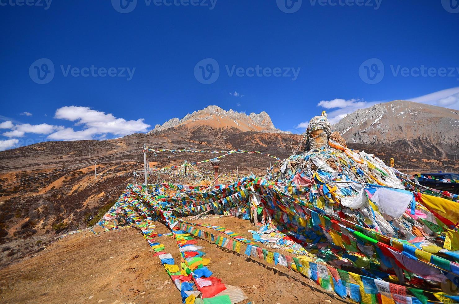 paisagem de montanha com bandeiras sagradas da oração tibetana foto
