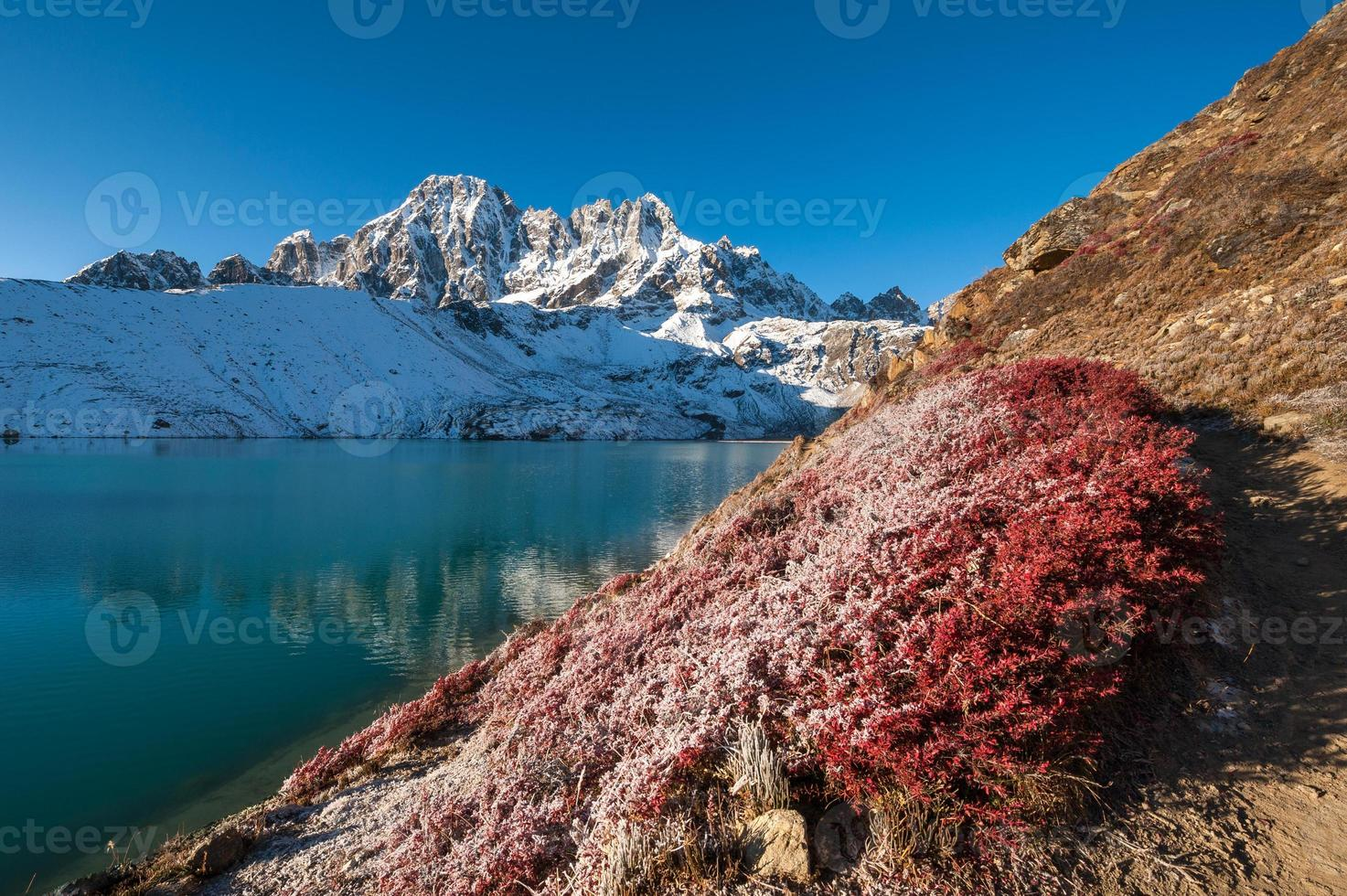 Lago Gokyo e Pico Pharilapche, Nepal foto