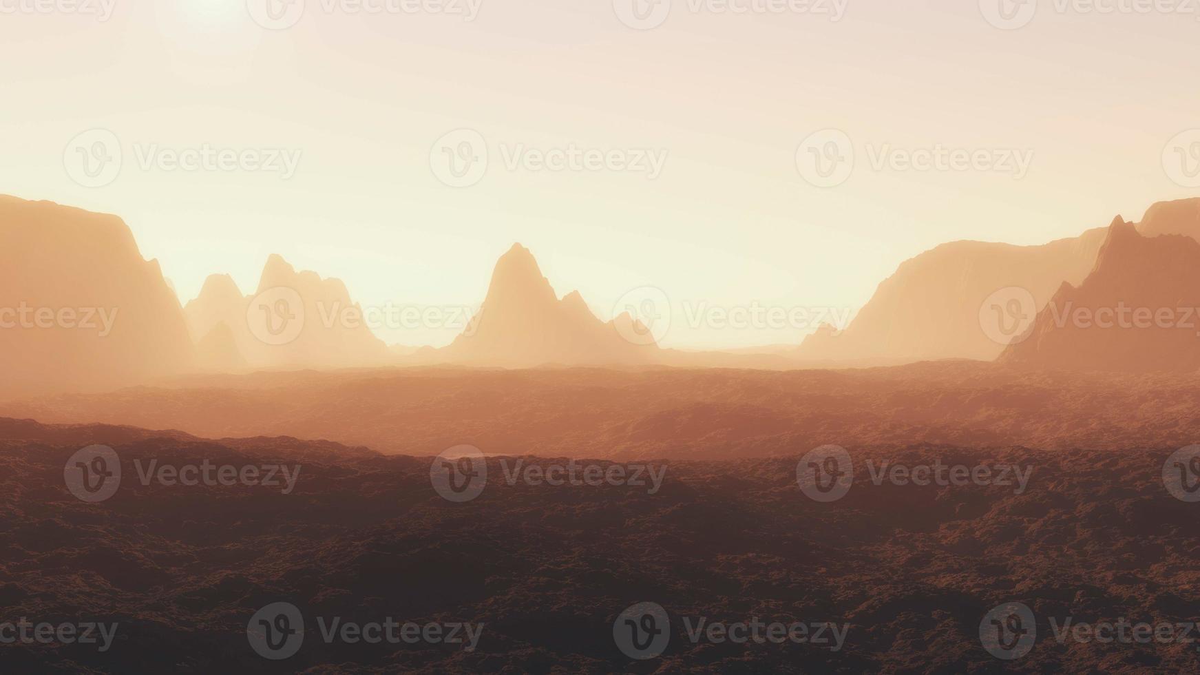 silhuetas de montanhas acidentadas sob sol quente foto