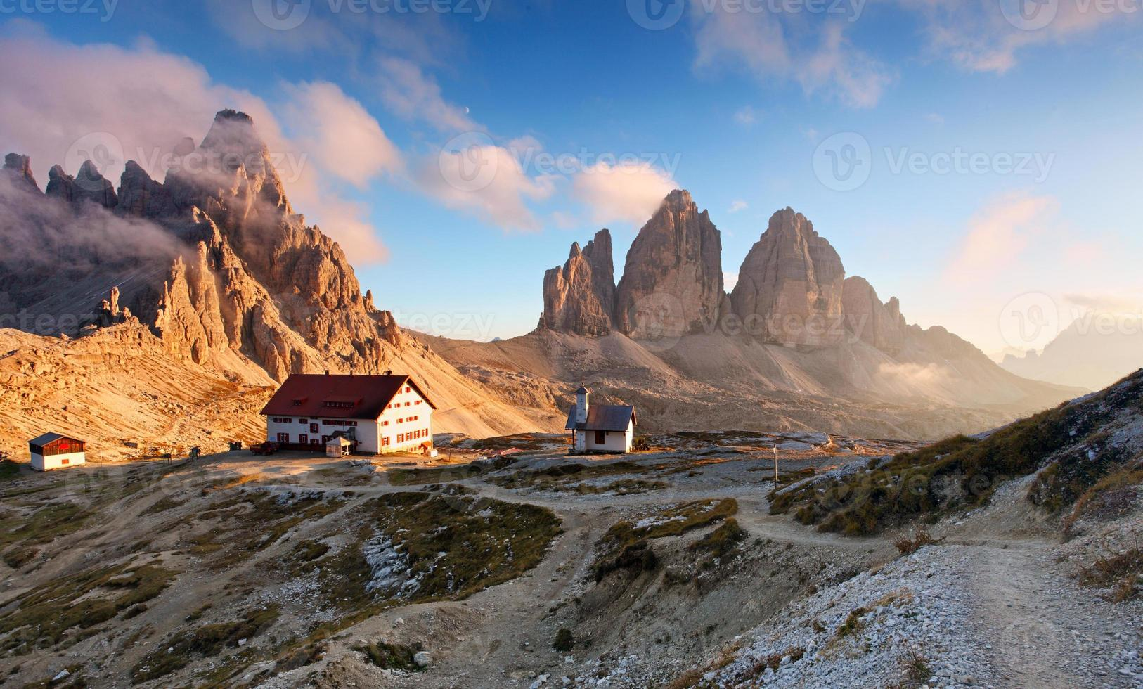 montanha do pôr do sol na Itália dolomitas - tre cime foto