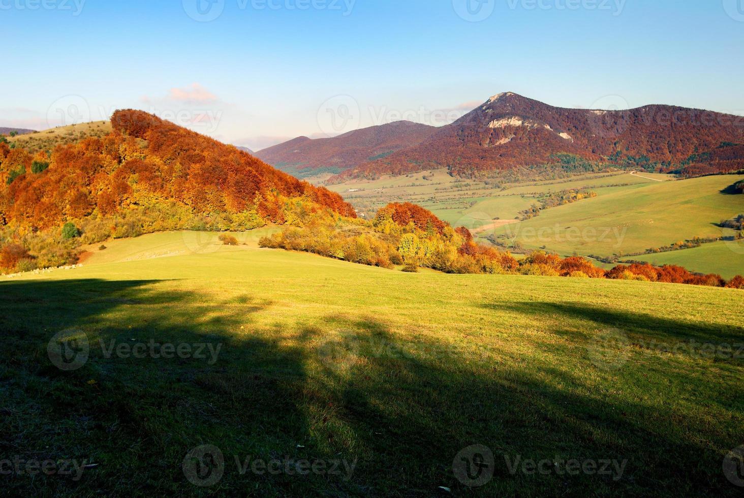 vista outonal do monte strazov em strazovske vrchy foto