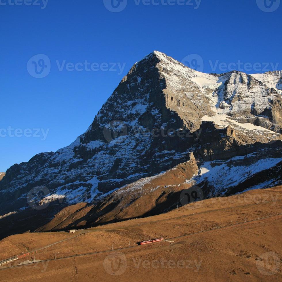 Eiger face norte e trem foto