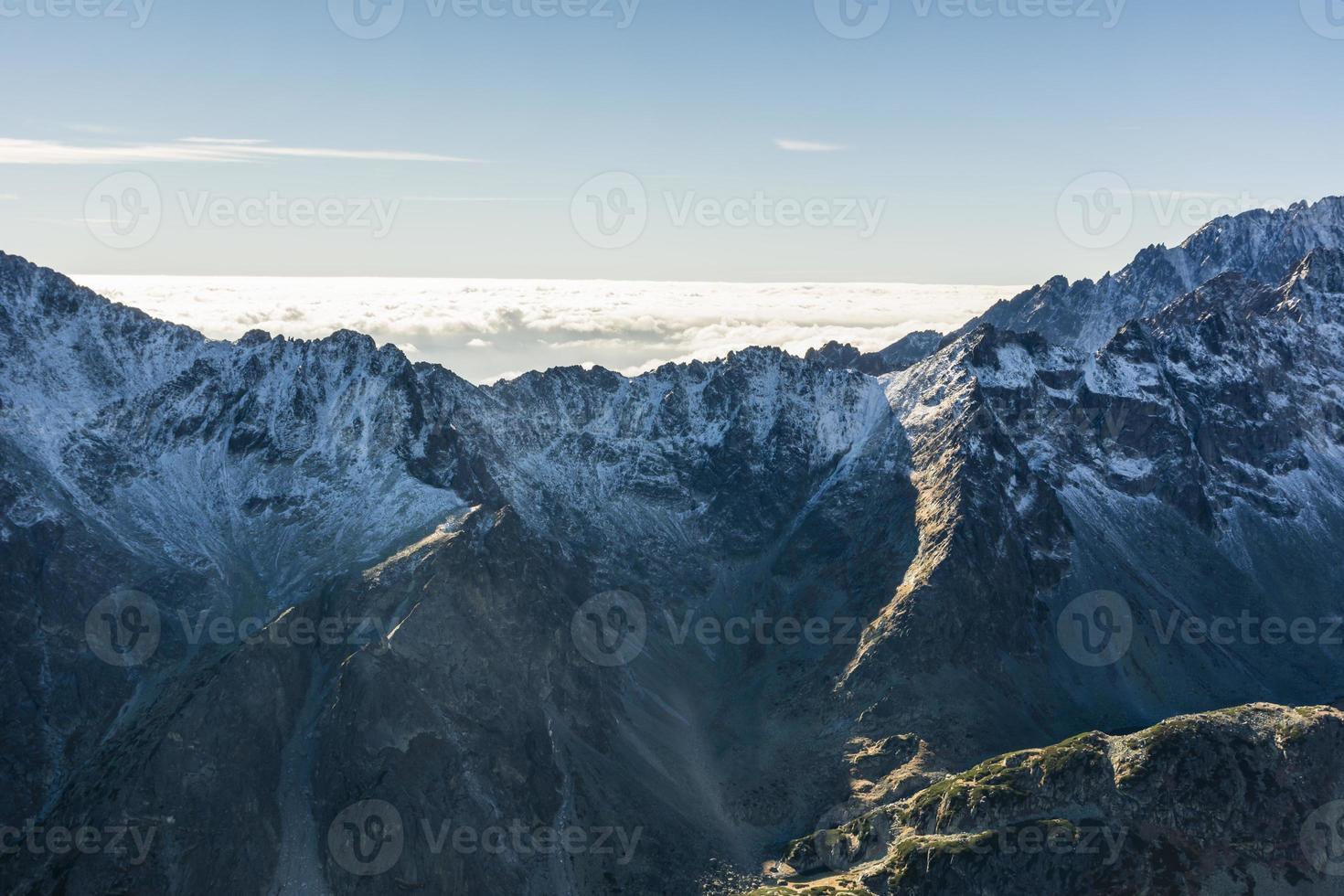 mar de nuvens atrás do cume da montanha foto