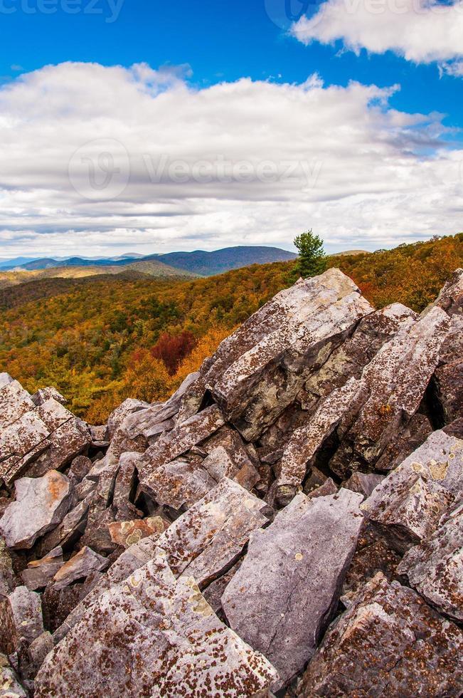 vista de outono das montanhas azuis do cume coberto de pedregulhos foto