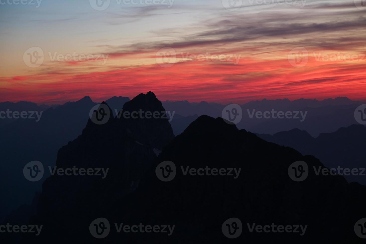 céu colorido sobre altas montanhas nos Alpes suíços foto