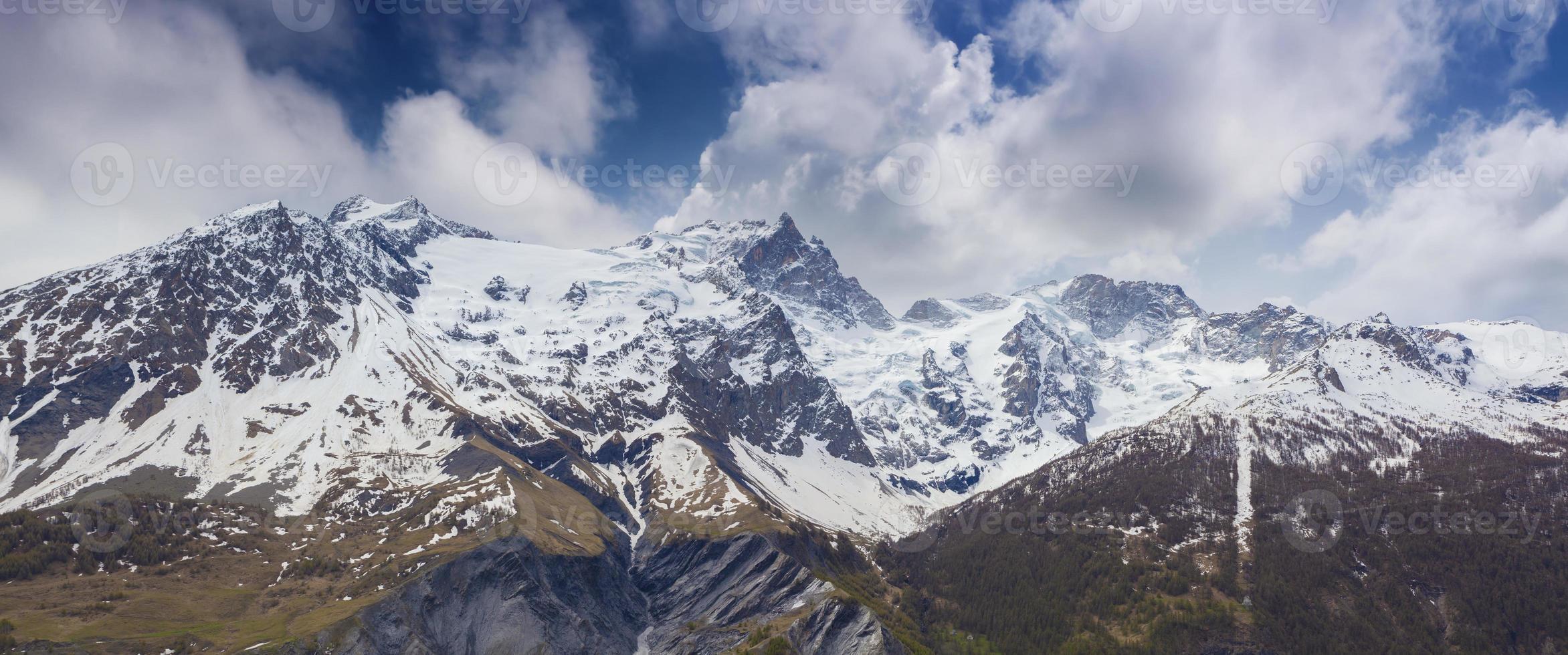 panorama da primavera com neve dos picos le rateau, est, meije. foto
