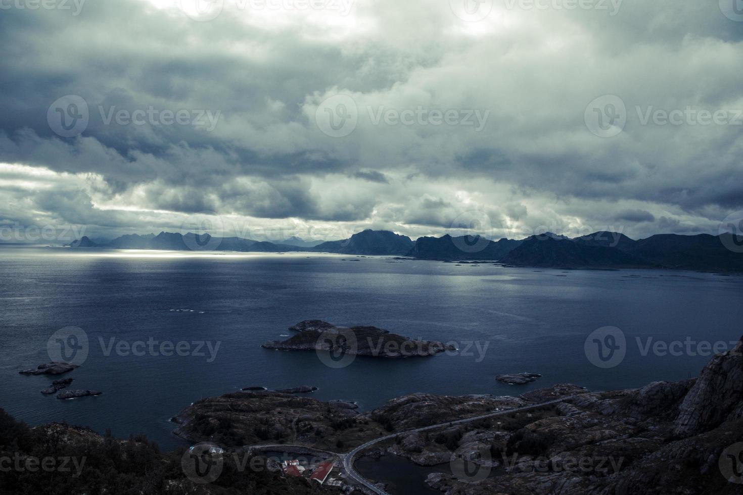 Grupo de ilhas com vista para o mar de lofoten noruega e estrada costeira foto