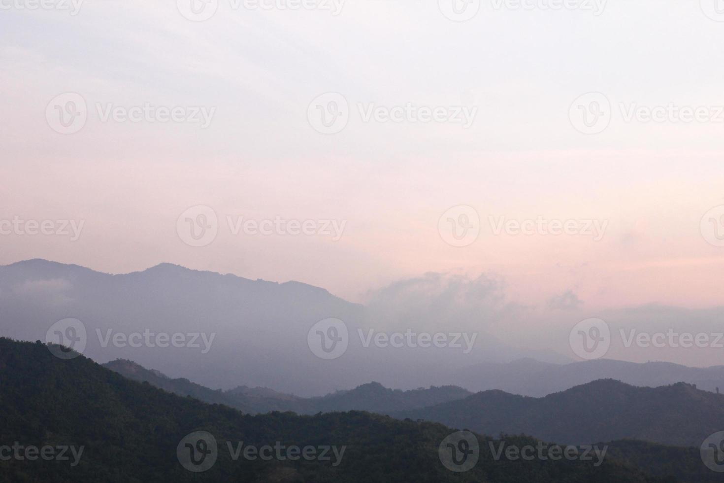névoa da manhã na cordilheira tropical, Tailândia. foto