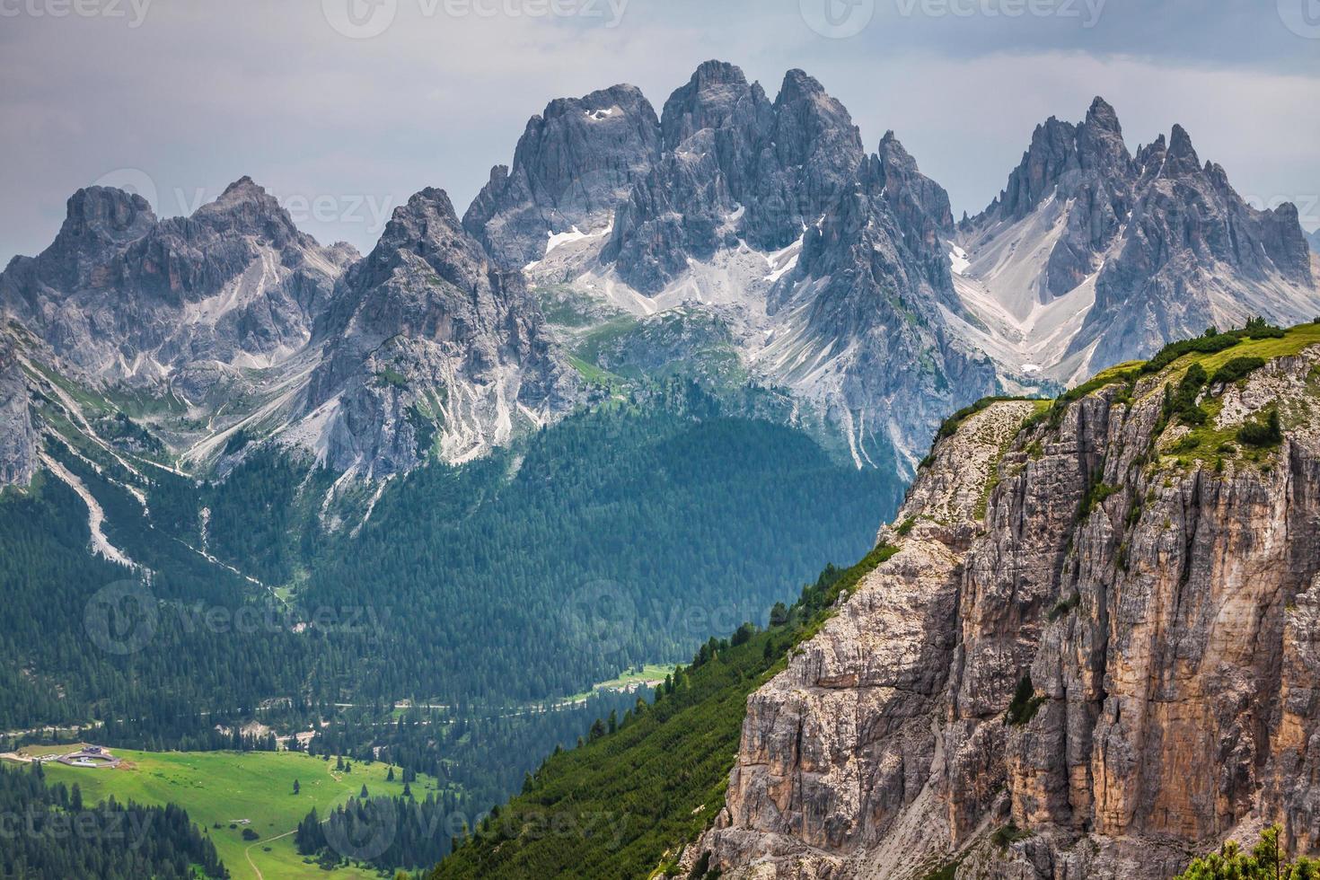 panorama do parque nacional e montanhas dolomiti em cortina d'ampez foto