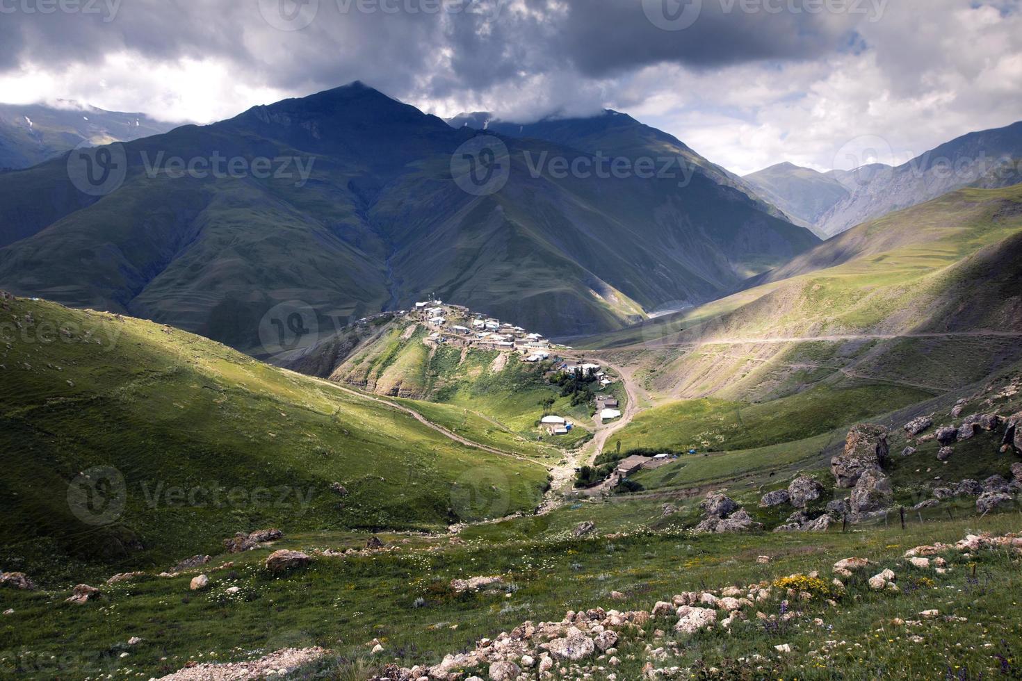 xinaliq, uma vila no azerbaijão, cercada por montanhas foto