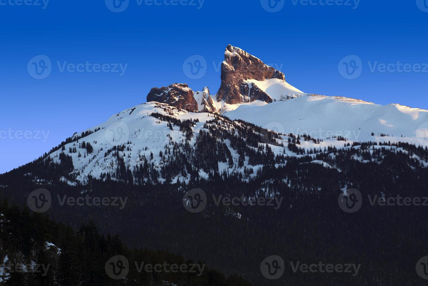 montanha de presa preta na columbia britânica foto