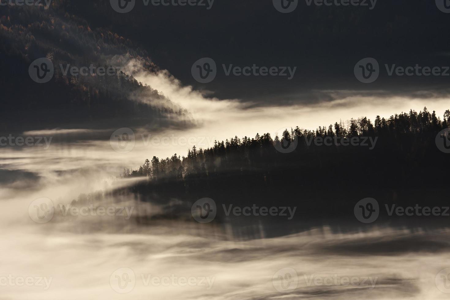 nascer do sol enevoado em vista panorâmica de mo de gama média foto