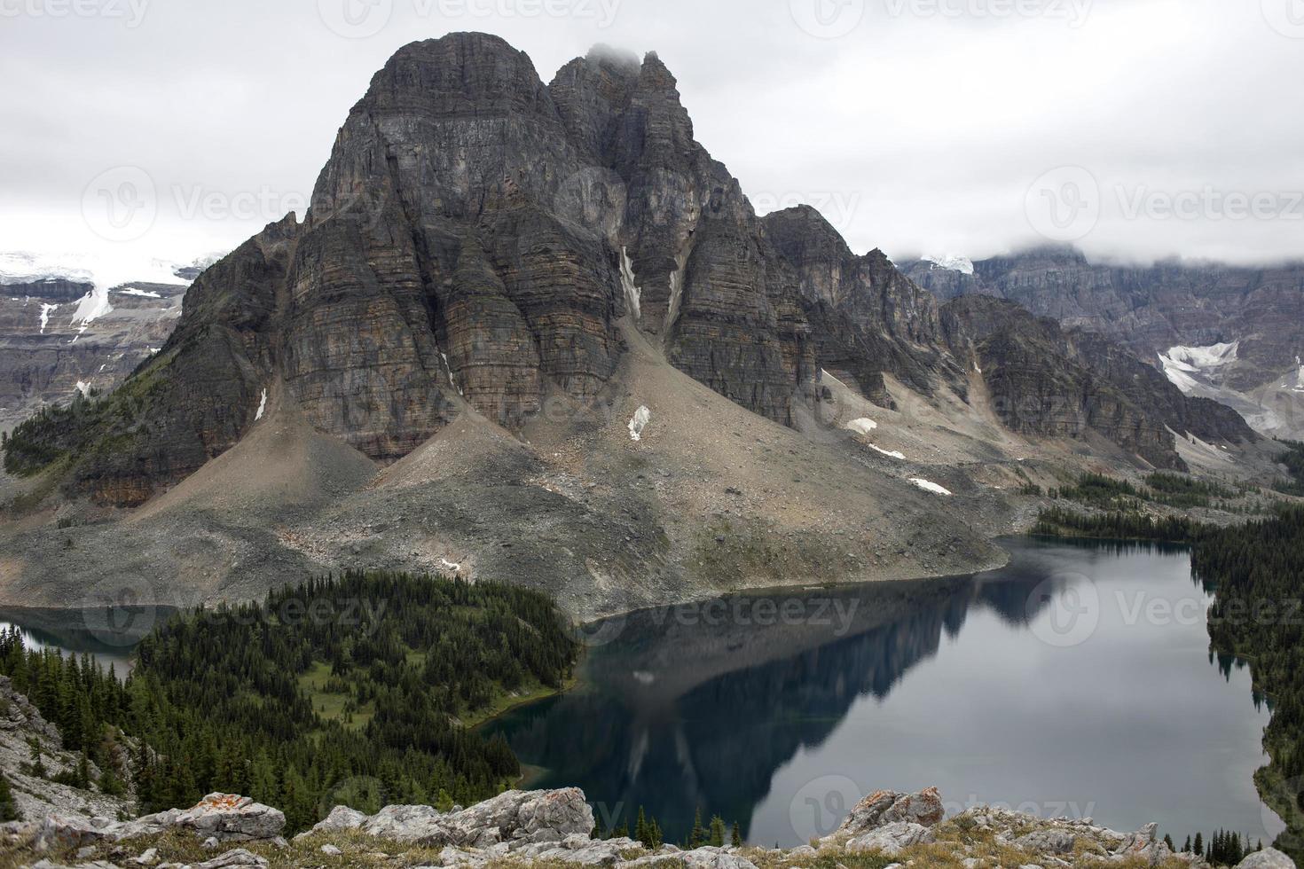 pico de montanha acidentada, montanhas rochosas canadenses foto
