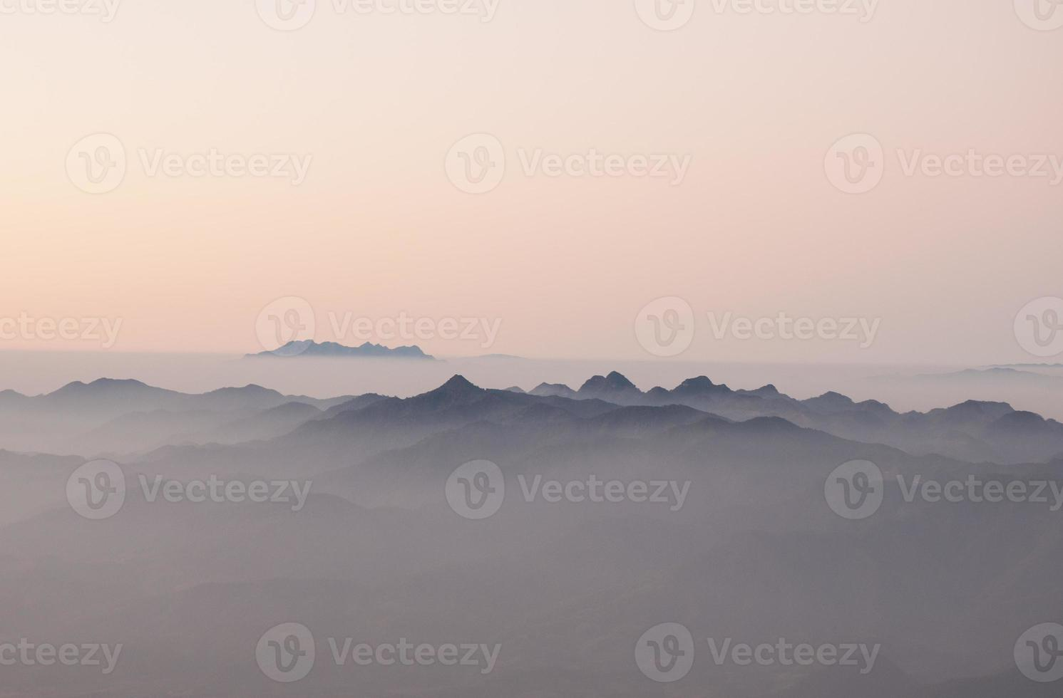 nascer do sol sobre a cordilheira foto