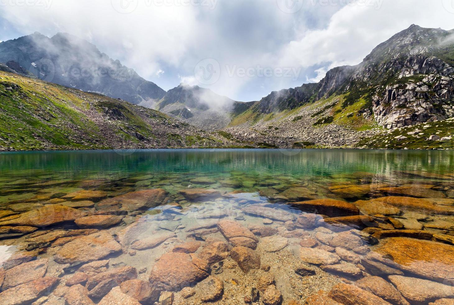 majestoso lago de montanha na Turquia foto