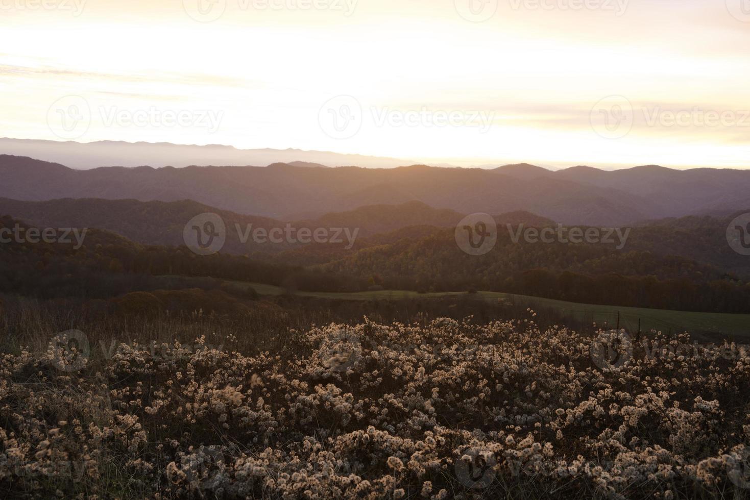 nascer do sol nas montanhas fumegantes foto