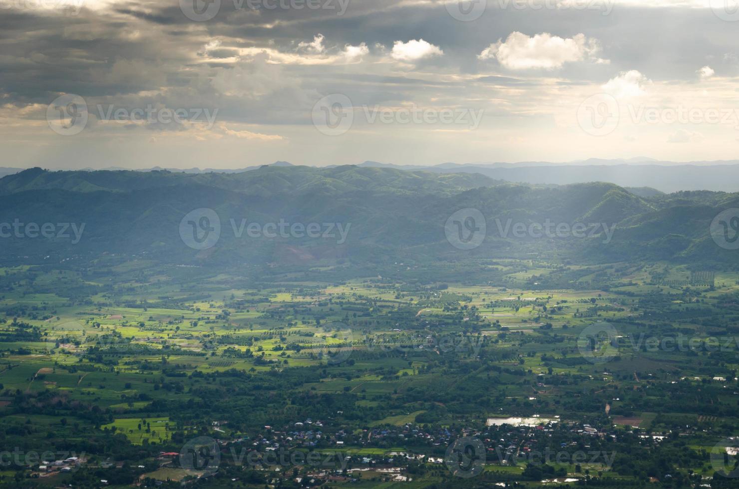 montanha e campo na tailândia foto