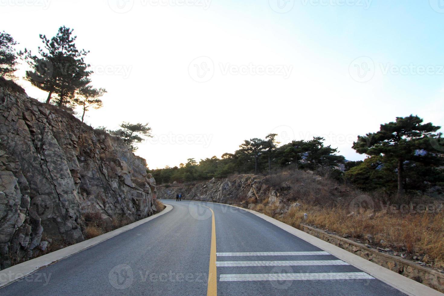 curva da rodovia em área montanhosa foto