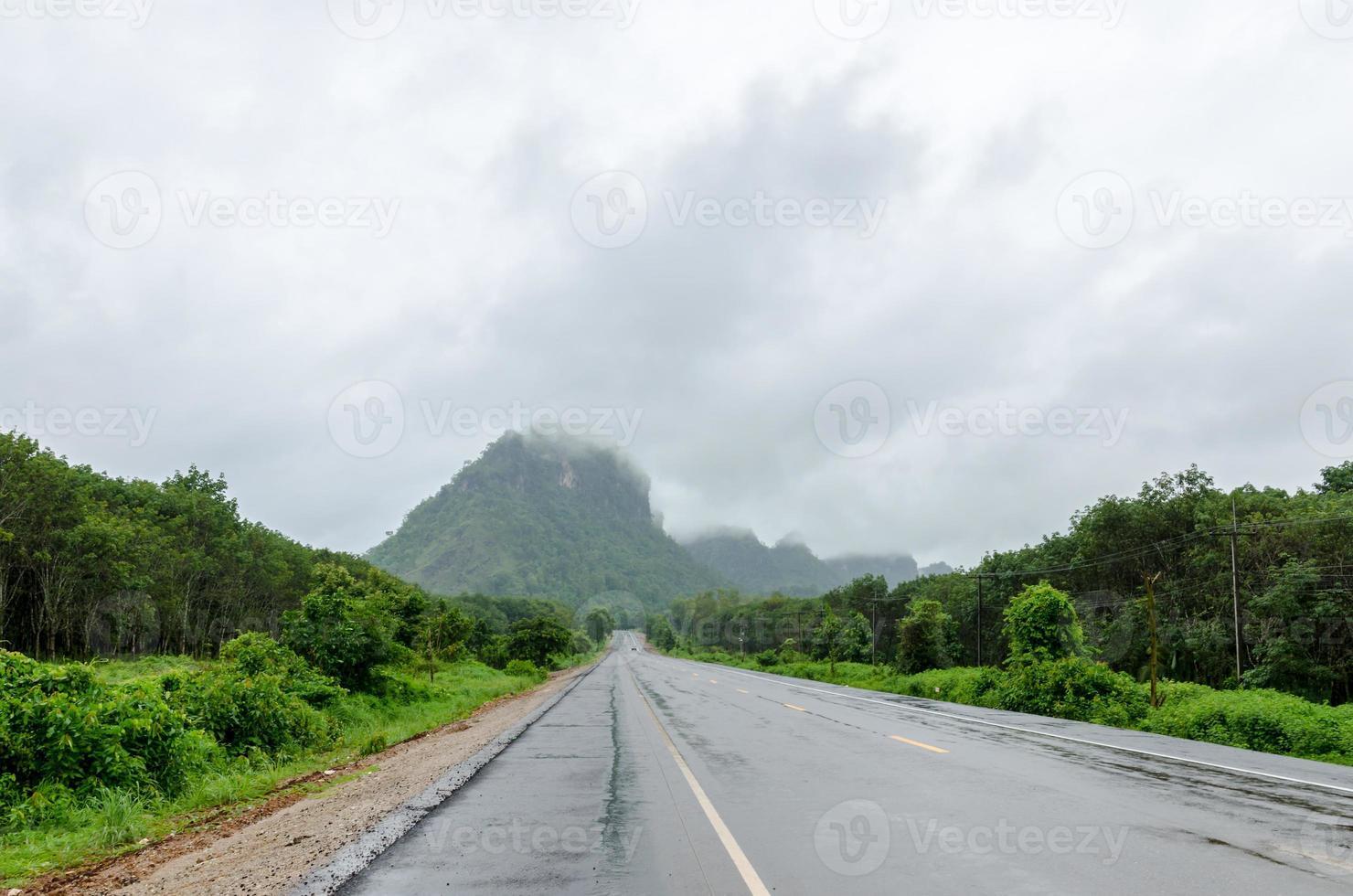 estrada pavimentada para a montanha foto
