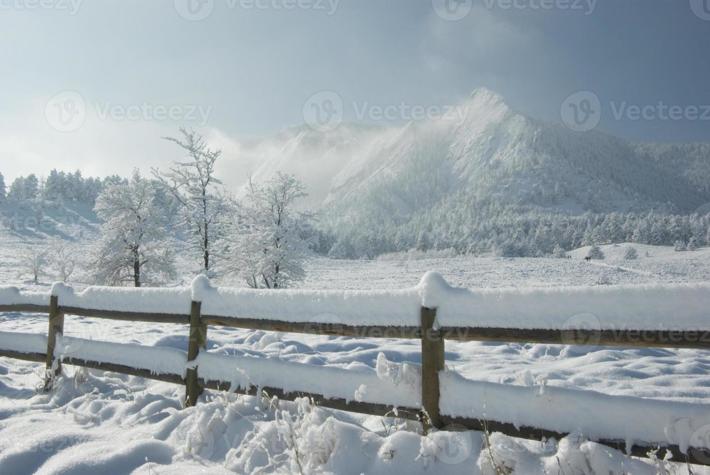 montanhas depois da tempestade de neve foto