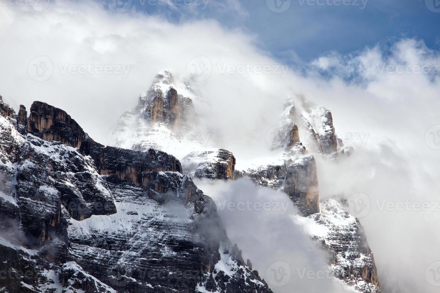 montanhas rochosas acima de cortina d'ampezzo foto