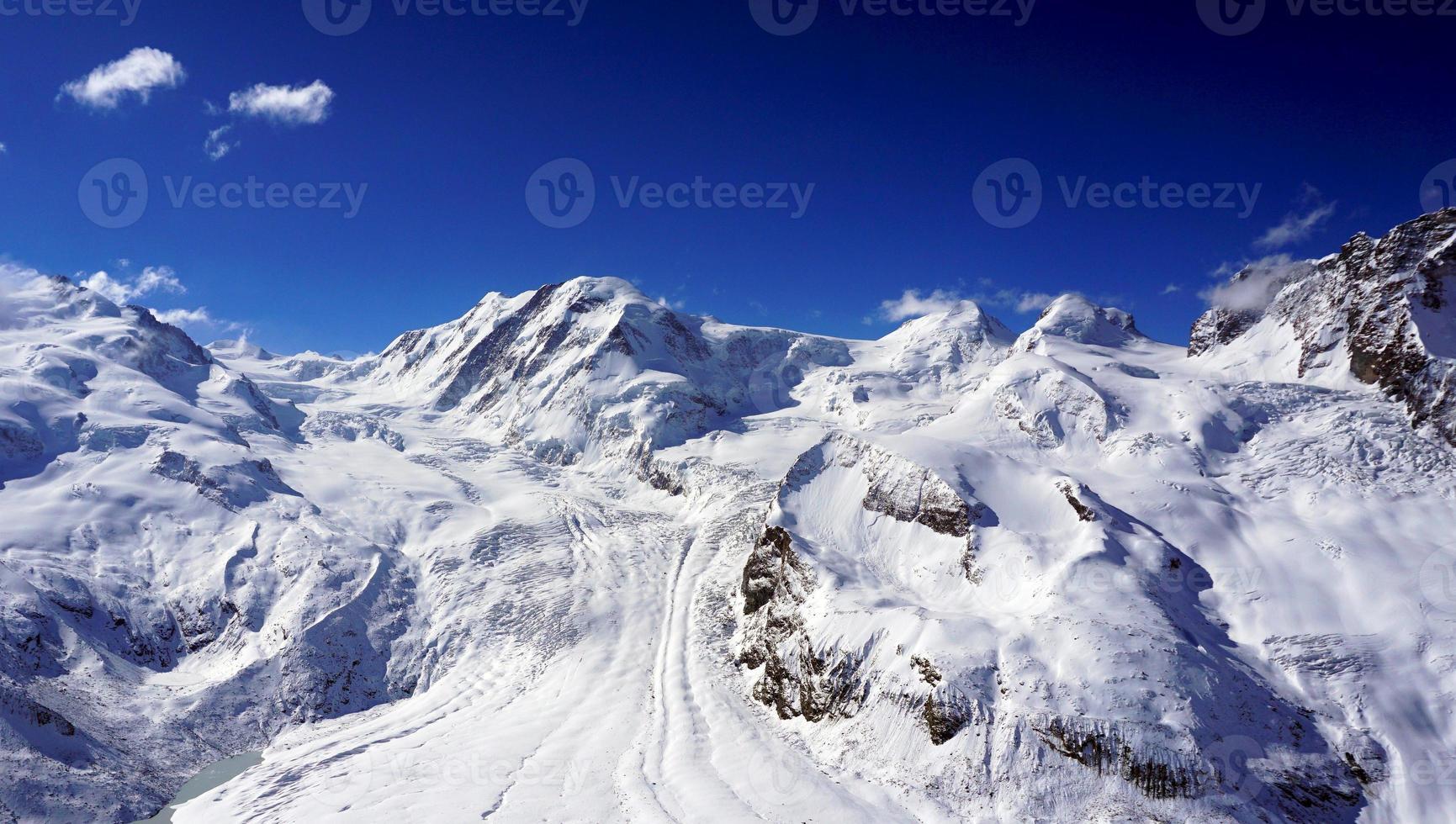 neve montanhas com nuvens foto