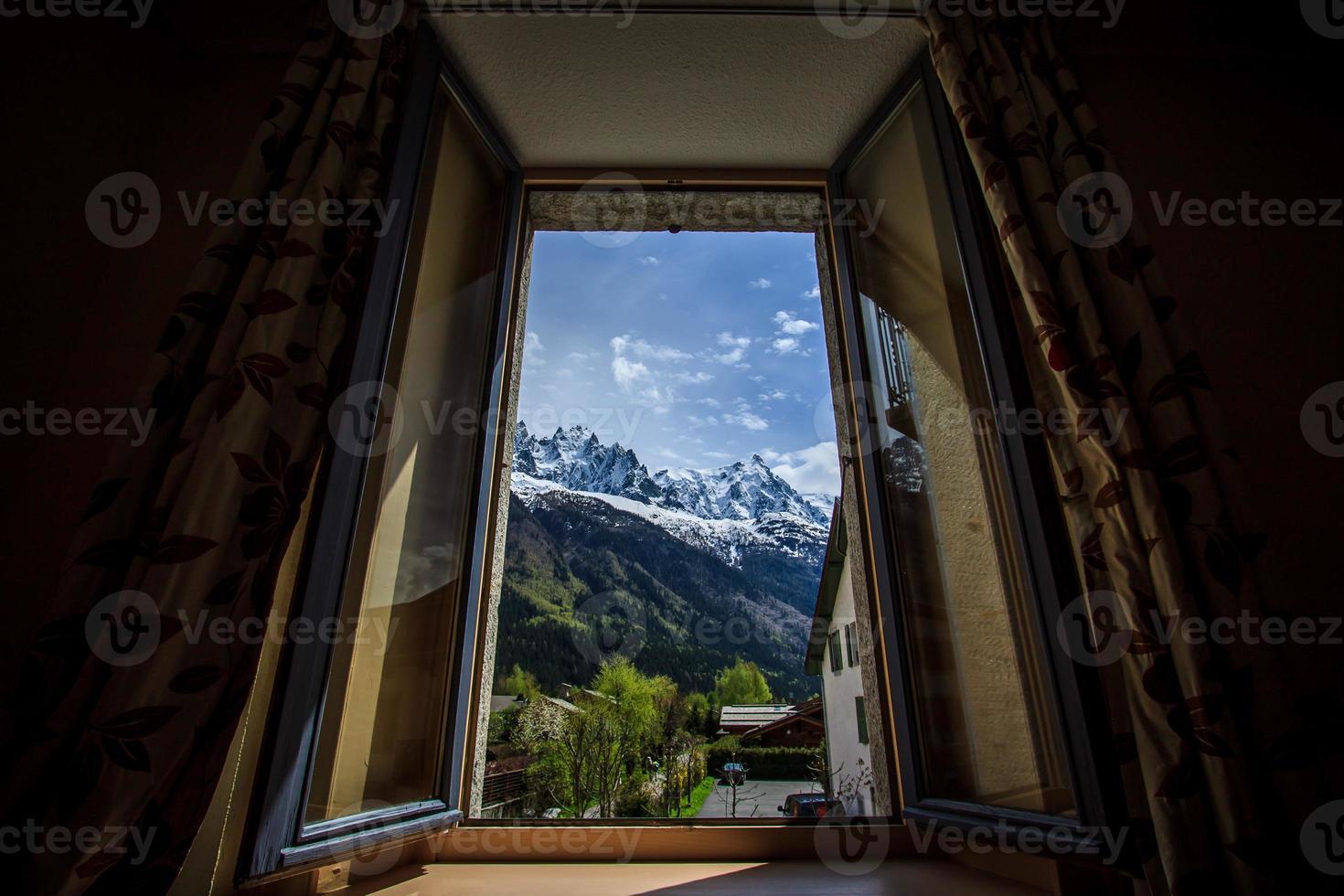 vista da montanha da janela do hotel foto