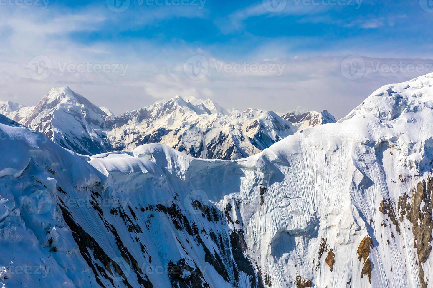 vista aérea da paisagem montanhosa da Ásia Central foto