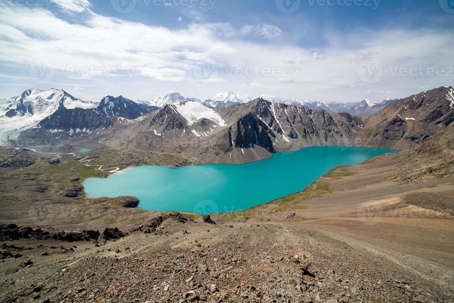 vista do lago alpino de ala-kul foto