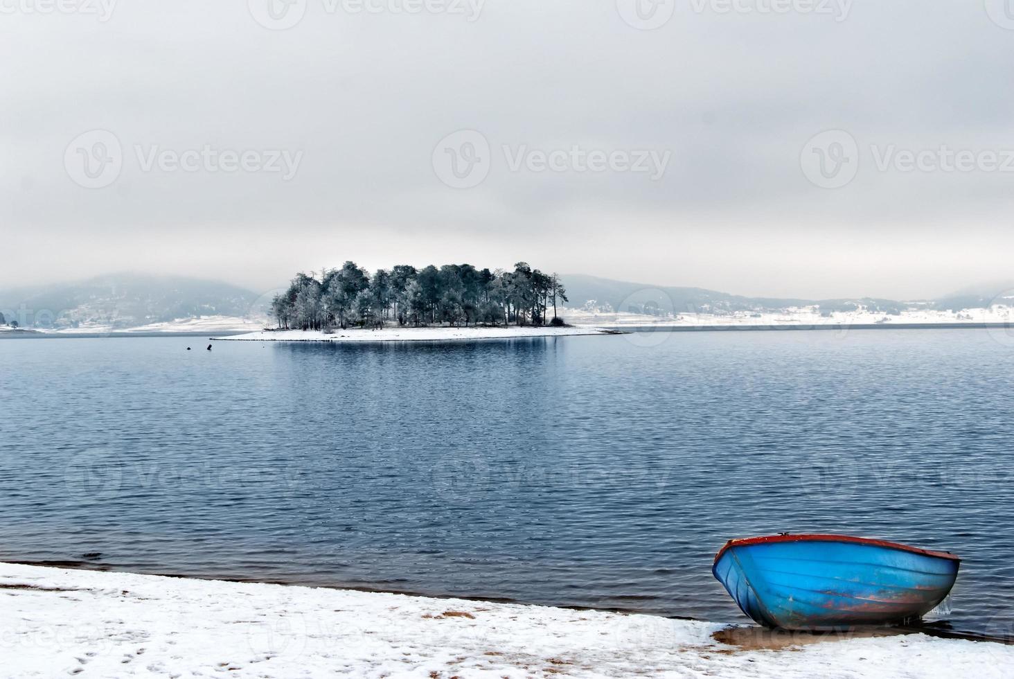 lago da montanha e barco foto