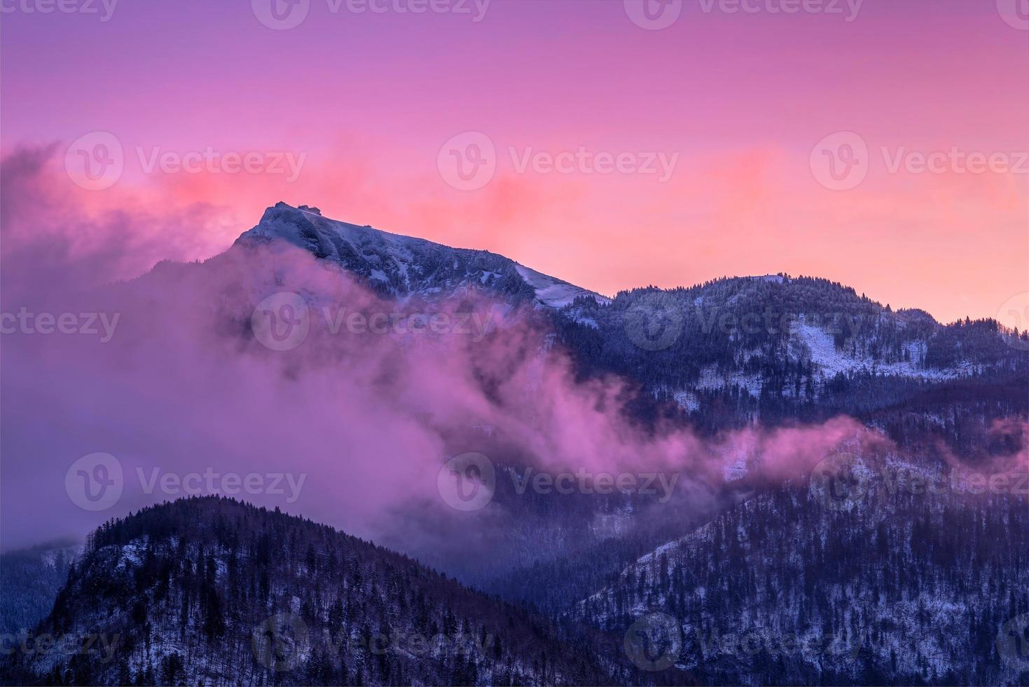montanhas enevoadas em névoa rosa foto
