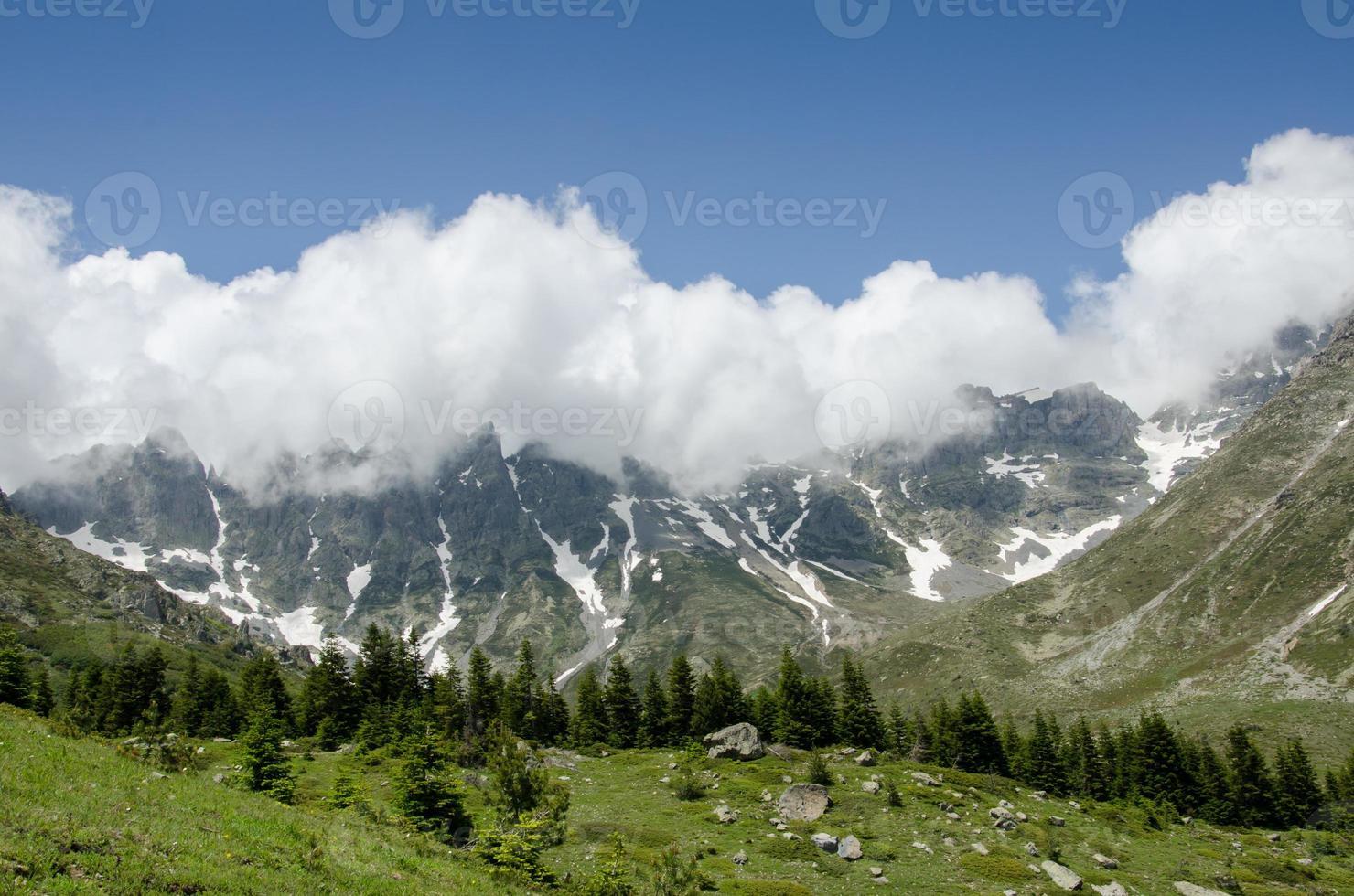 nuvem acima da montanha foto