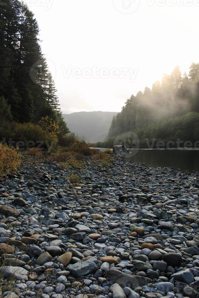 leito de rio de montanha rochosa foto