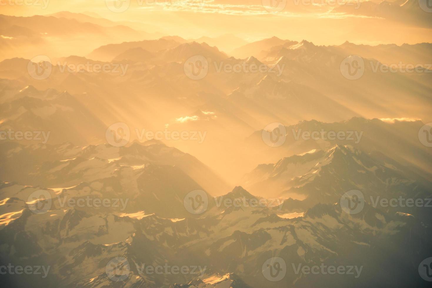 vista aérea do panorama das montanhas do himalaia foto
