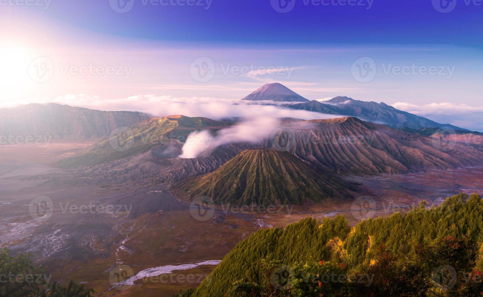 O vulcão bromo é um valcão ativo na hora do pôr do sol foto