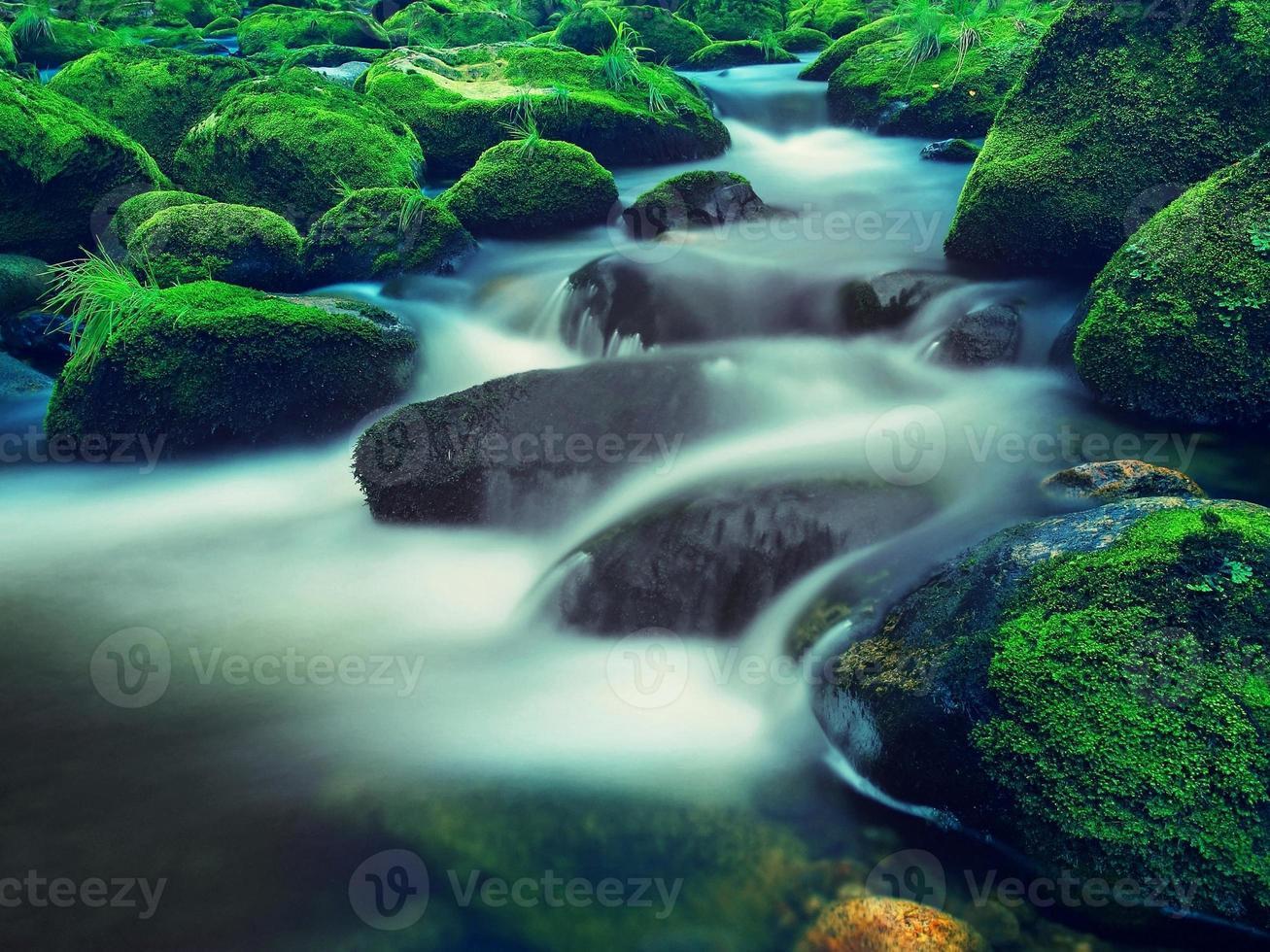 grandes pedregulhos na água espumosa do Rio de montanha. foto