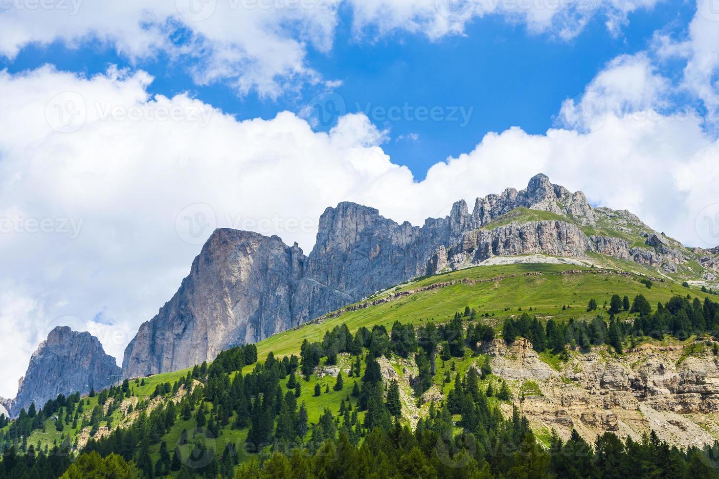 vista para o desfiladeiro de Karer nos Alpes Dolomitas foto