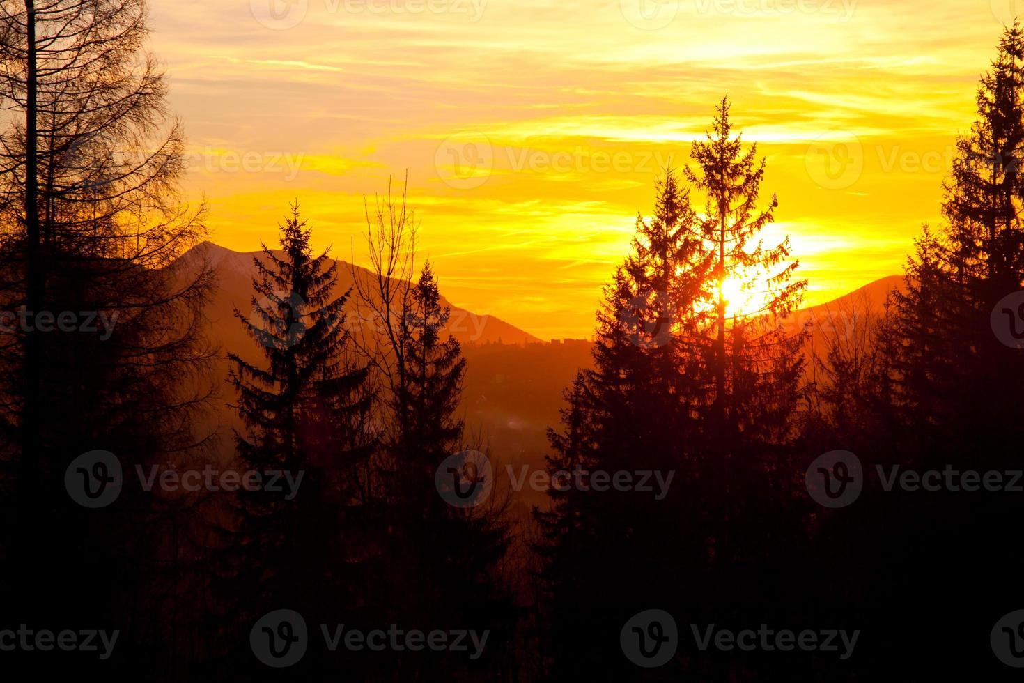 pôr do sol no horizonte da paisagem da montanha foto