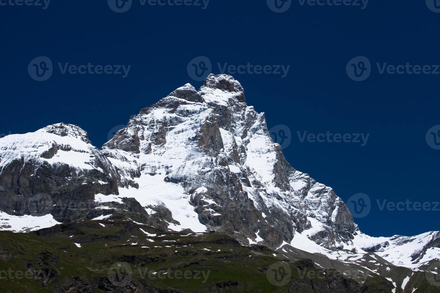 pico do matterhorn coberto de neve nos Alpes foto