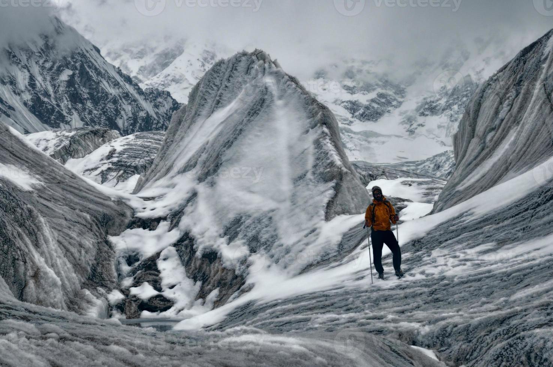 caminhada na geleira engilchek foto