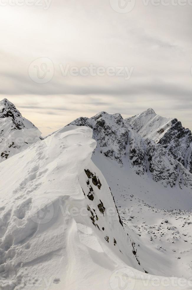 saliência de neve no cume foto