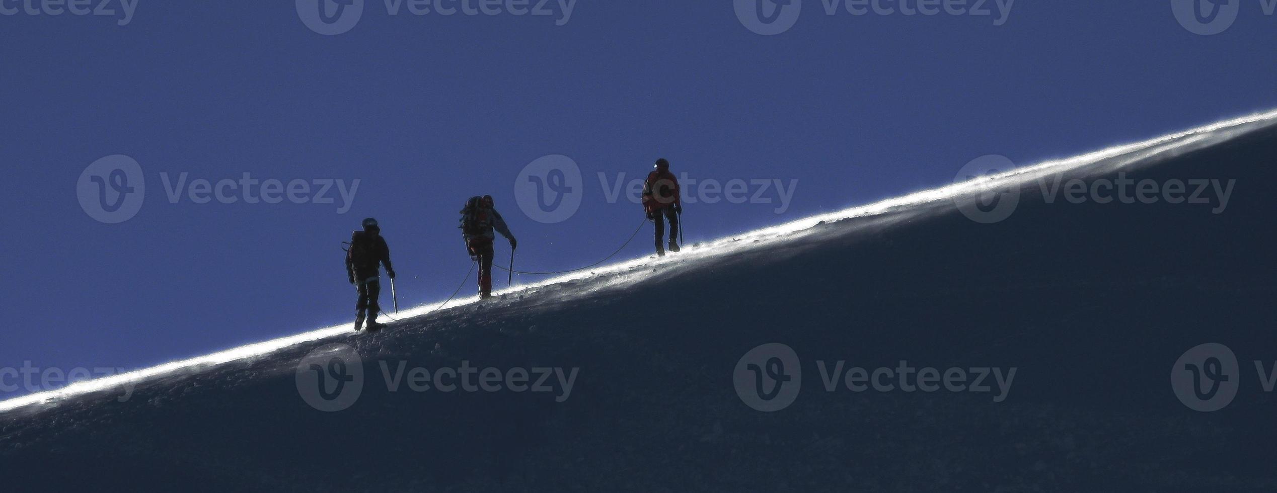 escalando nas altas montanhas foto