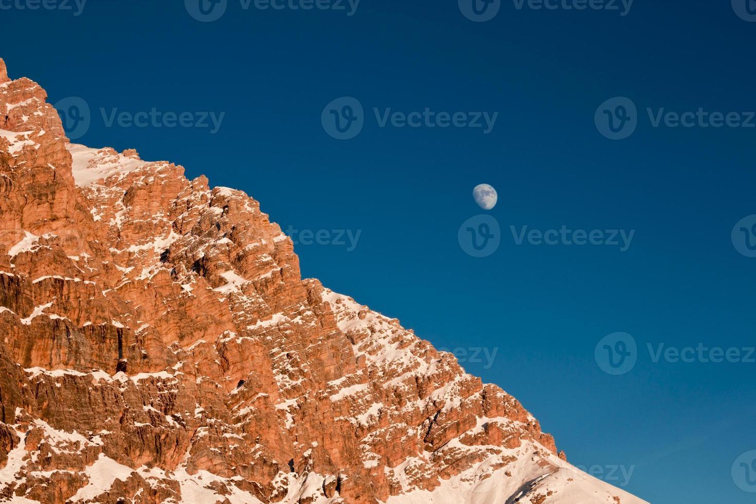 lua nascendo atrás da montanha foto