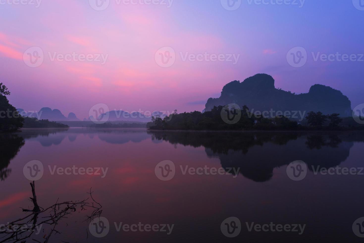 lago e montanha ao nascer do sol foto