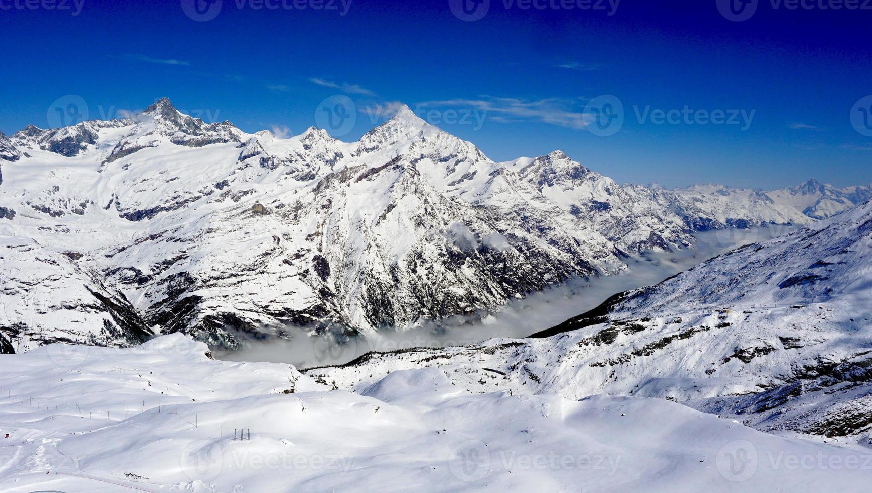 neve montanhas e nevoeiro foto