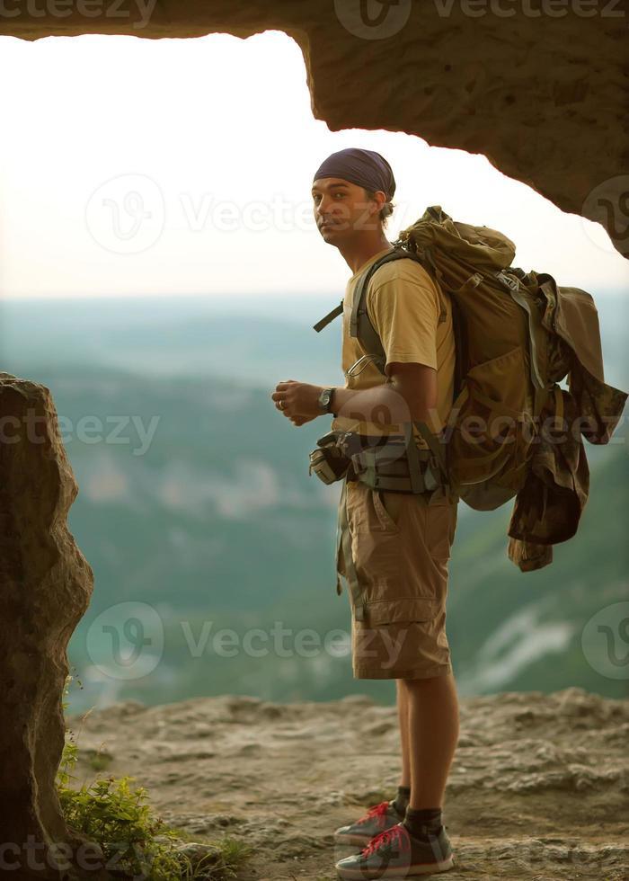 turista está nas montanhas foto