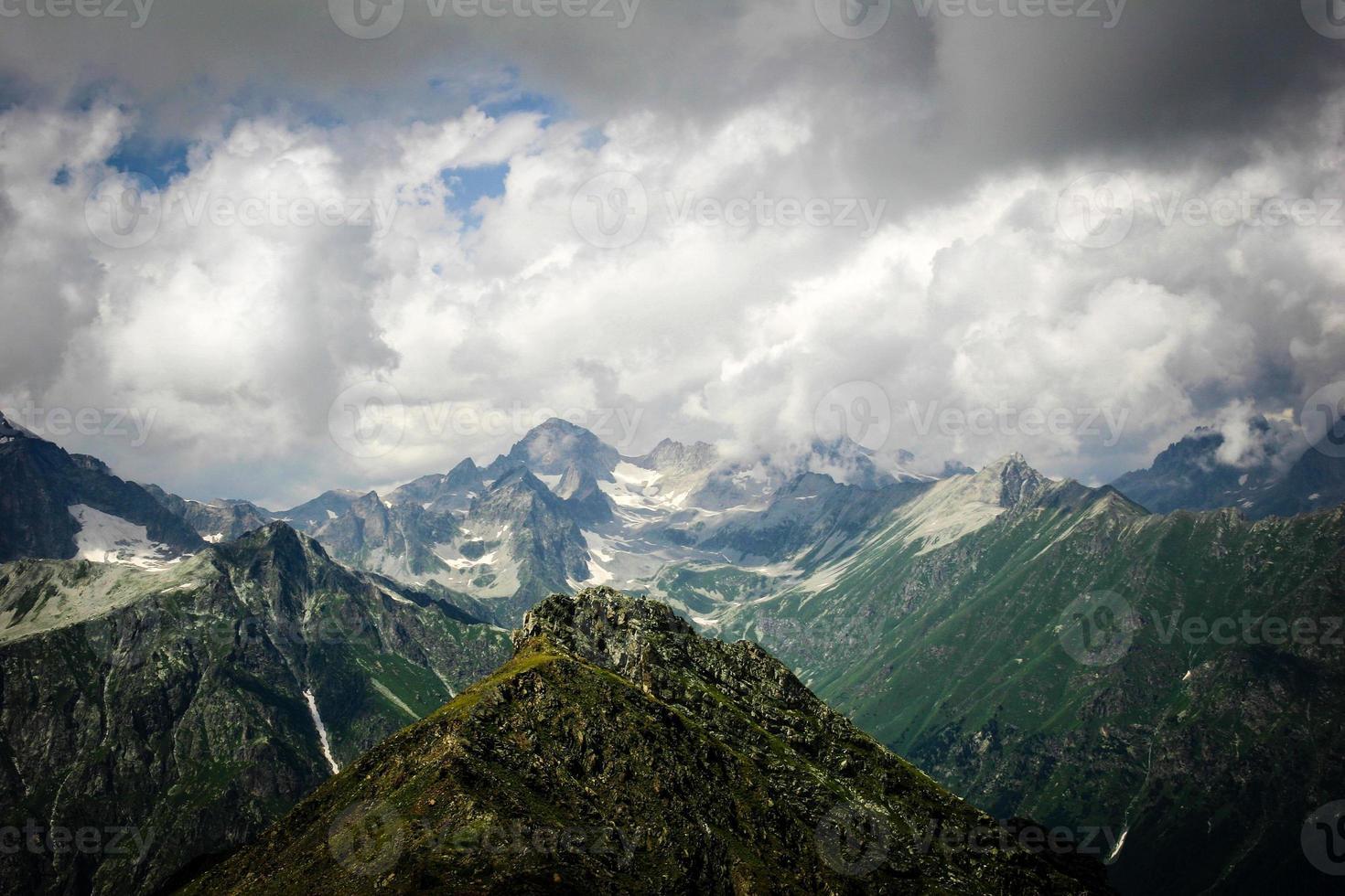 belo vale e picos nas montanhas do Cáucaso. foto