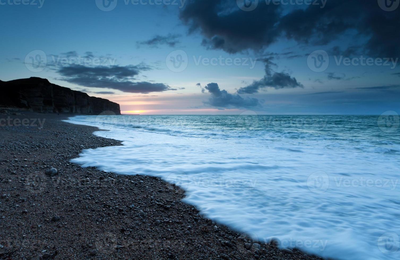 pôr do sol na costa do oceano atlântico foto