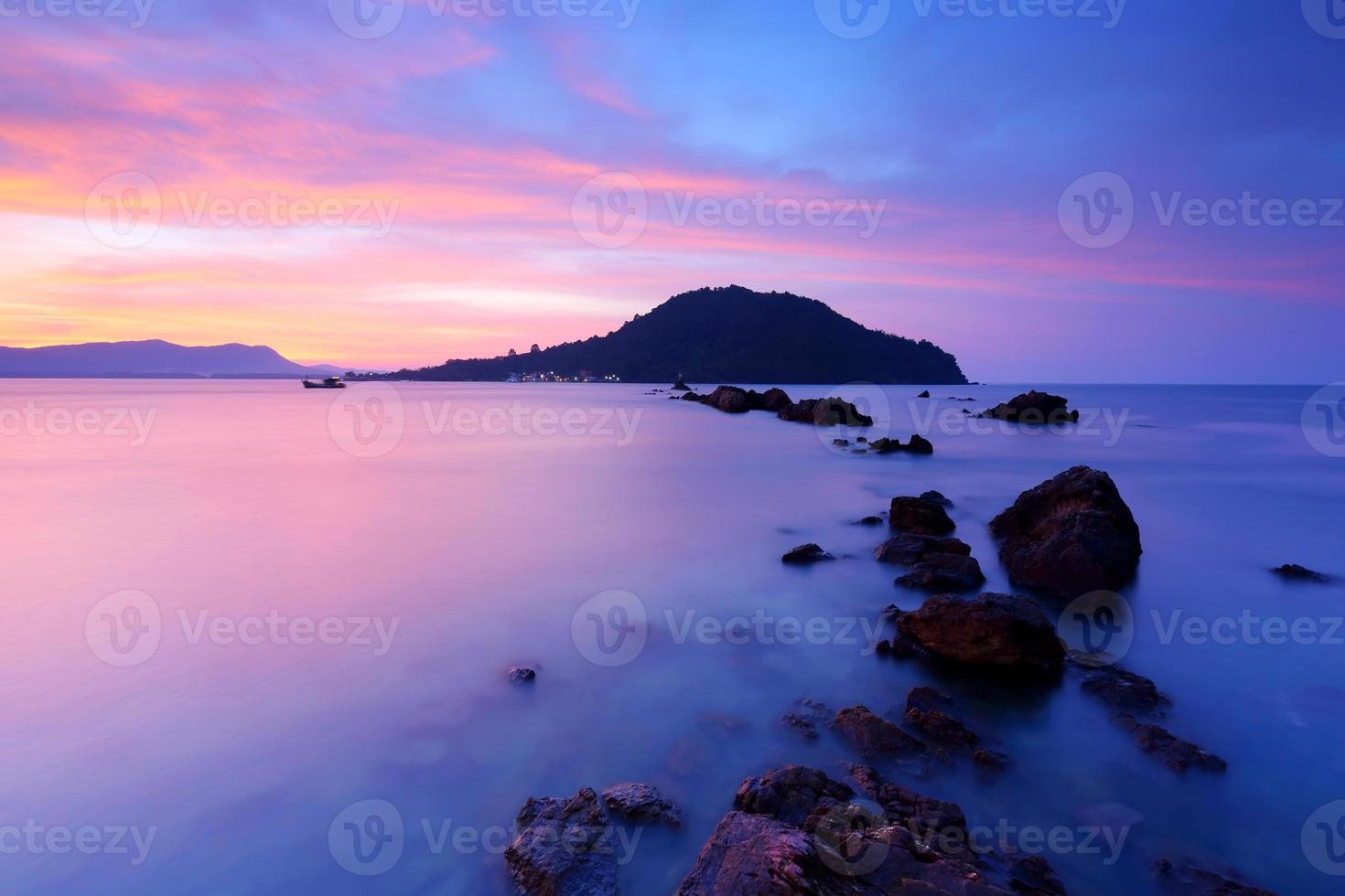 oceano ao nascer do sol foto