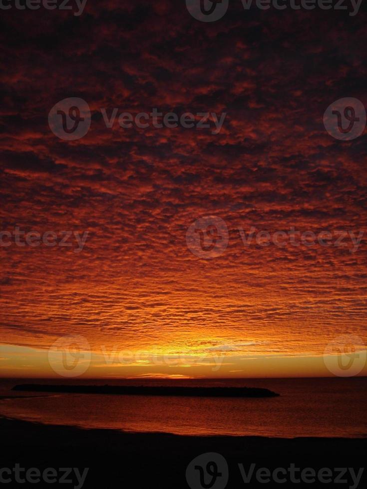nascer do sol espetacular sobre a praia foto